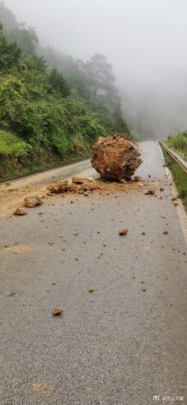 木里县棉亚山垭口至小金河段经常掉落滚石