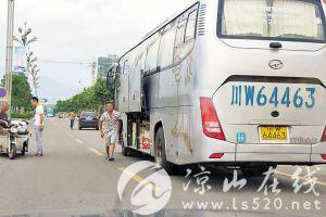 西昌西客站开展40天专项整治行动 大巴站外拉客上货被抓现行